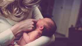 Una mujer con su hijo.