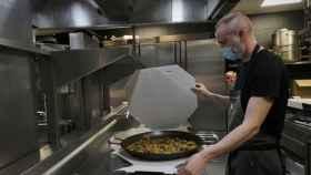 El chef Rodrigo de la Calle prepara una paella para repartir a domicilio.