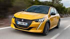 Peugeot ofrece en su gama este 208 de combustión y también una variante 100% eléctrica.