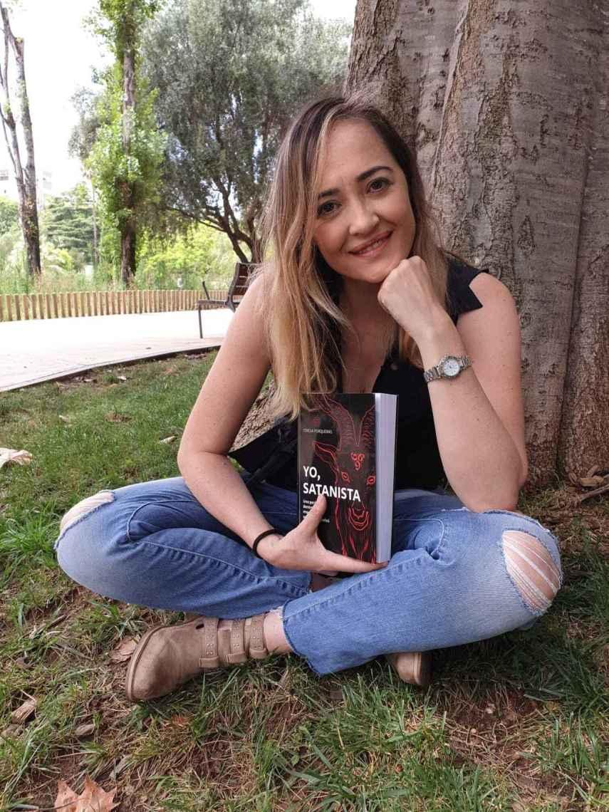 Teresa Porqueras con su libro: 'Yo, satanista'.