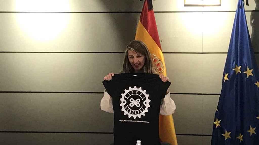 Yolanda Díaz posa con la camiseta de Riders x derechos.