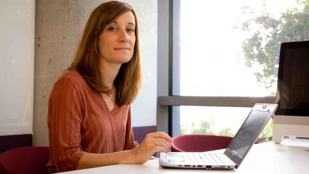 Marie Mulot, con su portátil en la sede de Amazon.