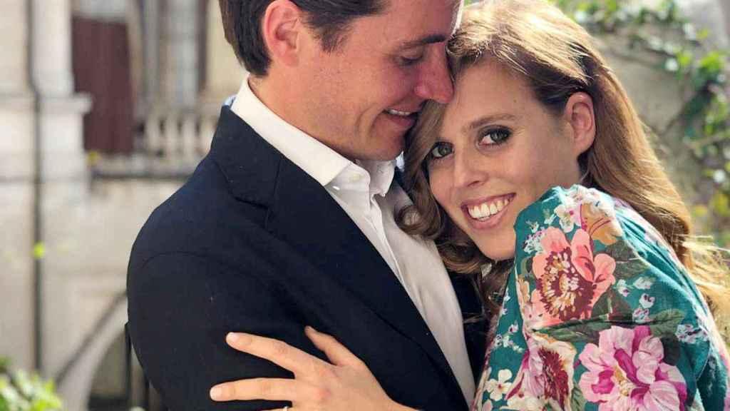 Beatriz de York y Edo Mapelli en la imagen con la que anunciaron su boda.