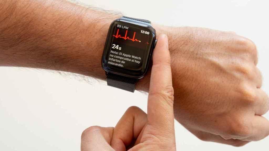 Apple Watch haciendo un electrocardiograma