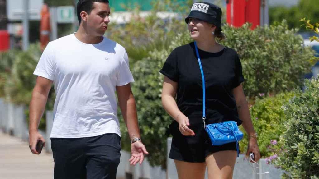 Alba Díaz se mostró sonriente durante el paseo con su amigo.