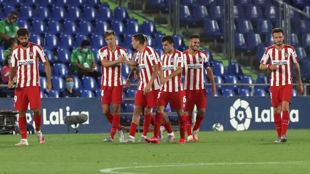 Los jugadores del Atlético celebran su triunfo en el Coliseum ante el Getafe