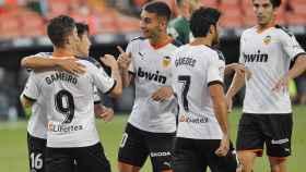 Los jugadores del Valencia celebran el gol de Gameiro ante el Espanyol