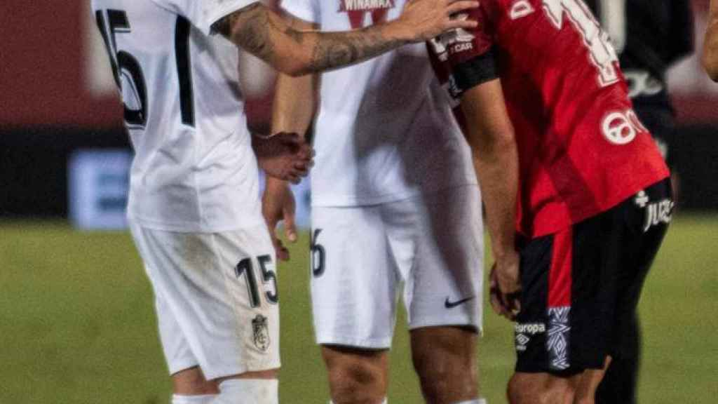 Los jugadores del Granada consuelan al futbolista del Mallorca Dani Rodríguez