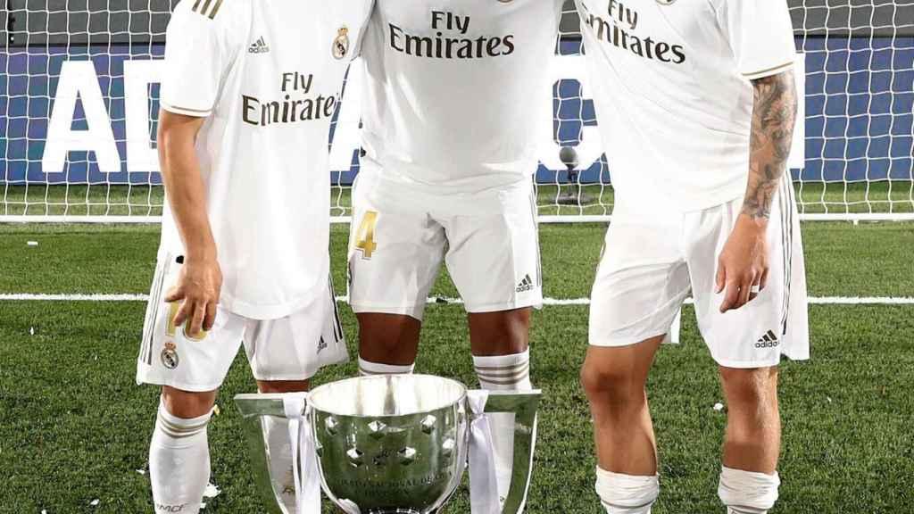 Kroos, Modric y Casemiro con el título de Liga número 34