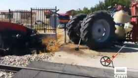 Así ha quedado el tractor tres ser arrollado por el tren (Foto: Captura de vídeo de CMMedia en Twitter)