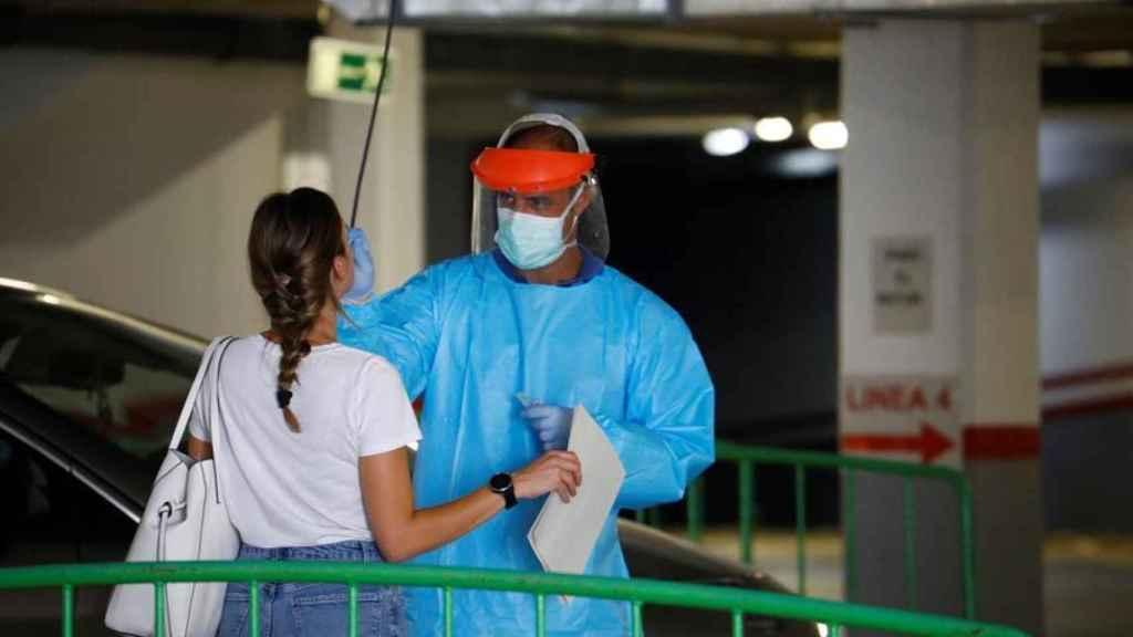 Personal sanitario hace la prueba PCR a una joven que asistió a la fiesta celebrada en Córdoba.