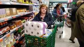 Así comprearemos en la era de los rebrotes: menos acopio de papel higiénico y más ahorro