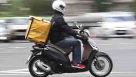 Un repartidor de Glovo en moto