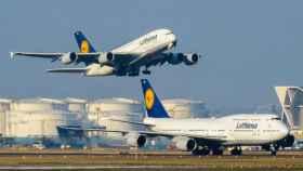 Un Airbus A380 despega sobre un Boeing 747.