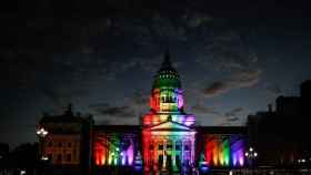 El Congreso de la Nación Argentina iluminado por la celebración de los 10 años del primer matrimonio igualitario.