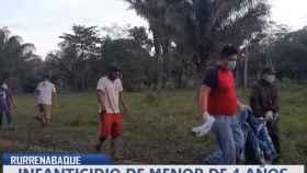 Unos hombres portan el cuerpo del menor asesinado por su madre en Rurrenabaque, Bolivia.