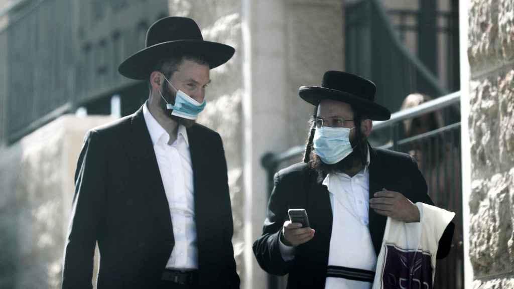 Judíos ultraortodoxos con mascarillas en Jerusalén.