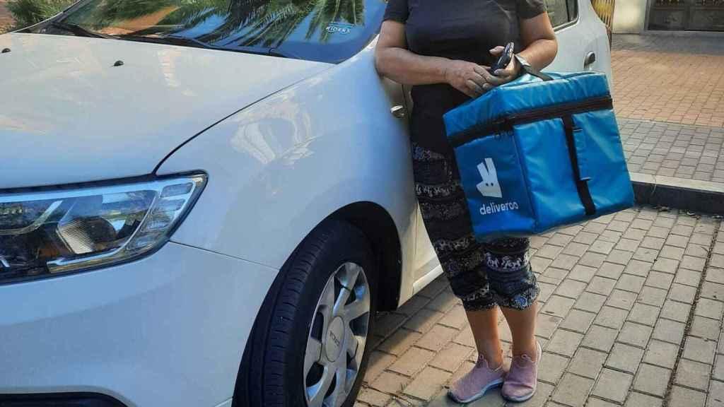 Asunción, con su bolsa de Deliveroo.
