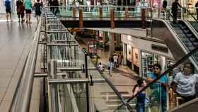 Interior de un centro comercial.
