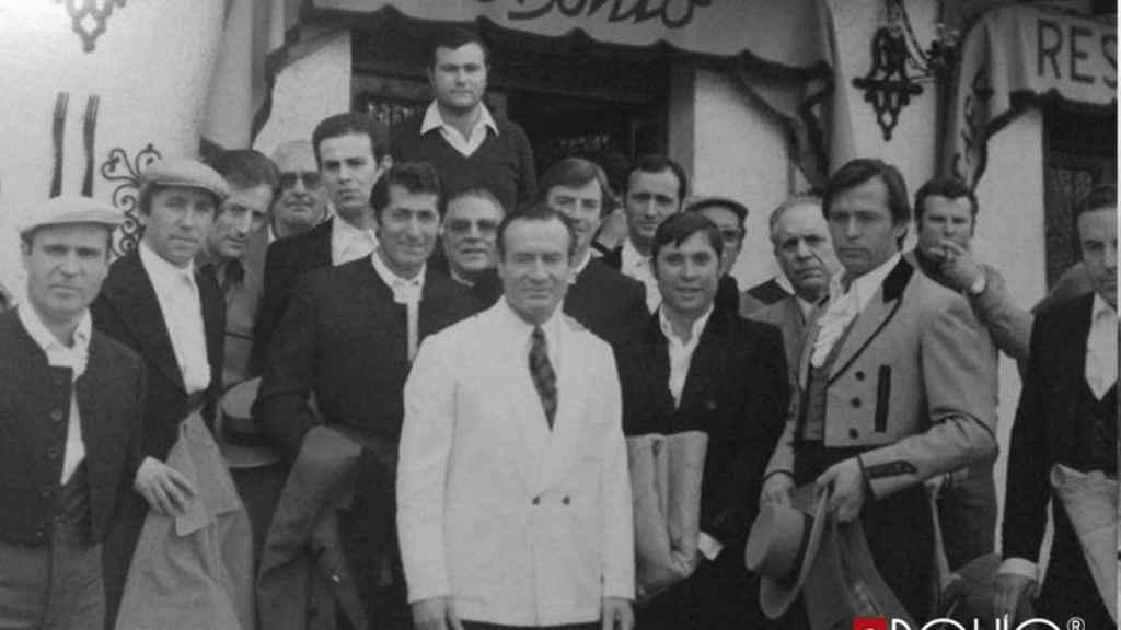 El padre de Pepe junto a los toreros Andrés Vázquez y Curro Vázquez.