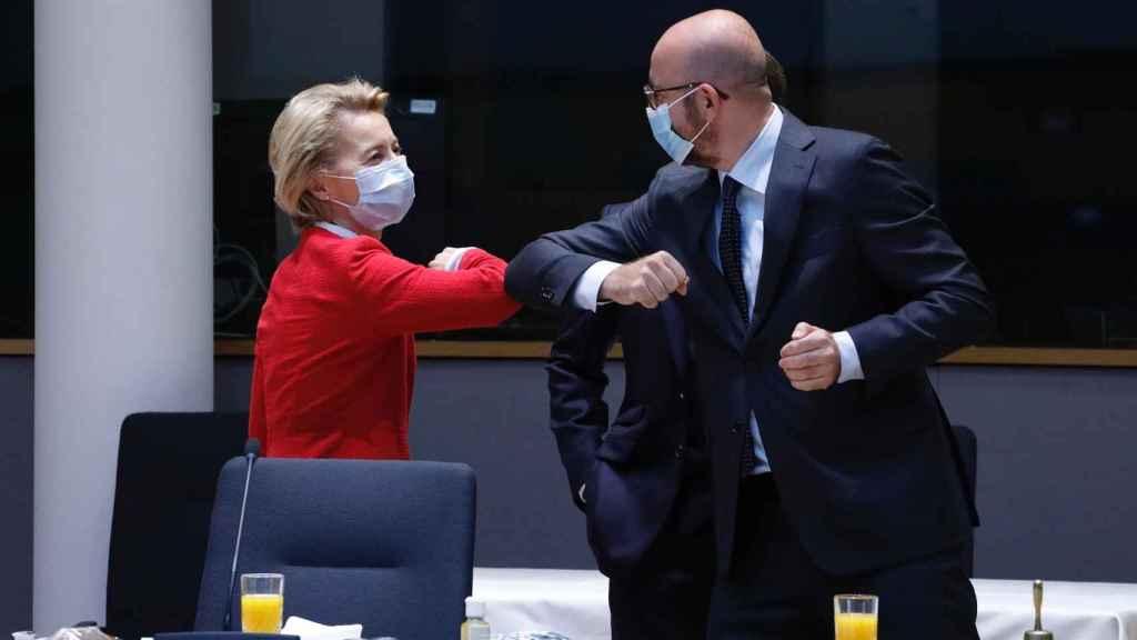 Ursula von der Leyen saluda a Charles Michel con el codo