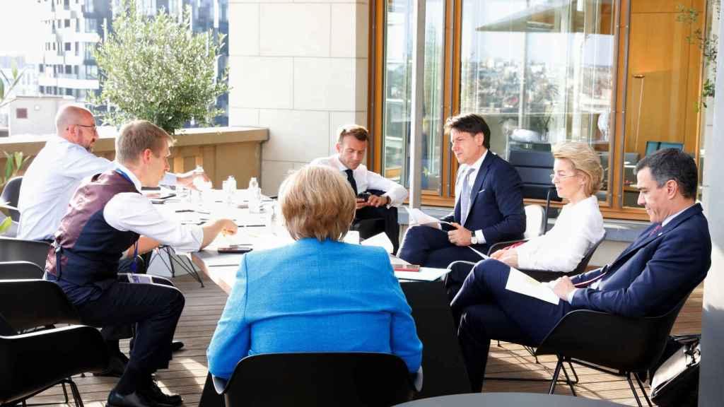 Pedro Sánchez y Giuseppe Conte, durante su reunión este sábado con  el directorio de la UE.