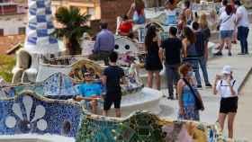 Varios visitantes en el parque Güell de Barcelona este sábado.