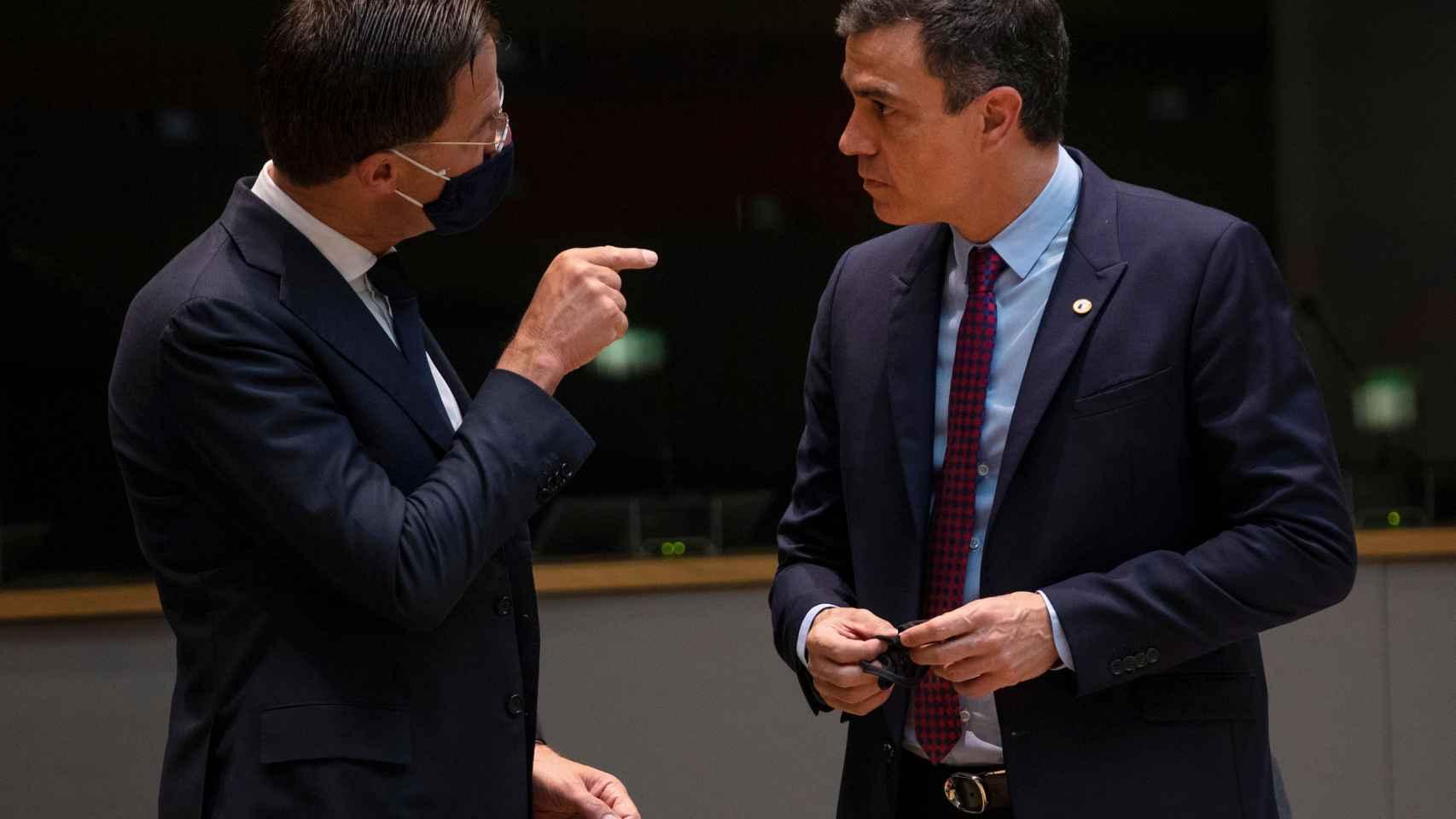 Pedro Sánchez y Mark Rutte conversan durante la cumbre de la UE