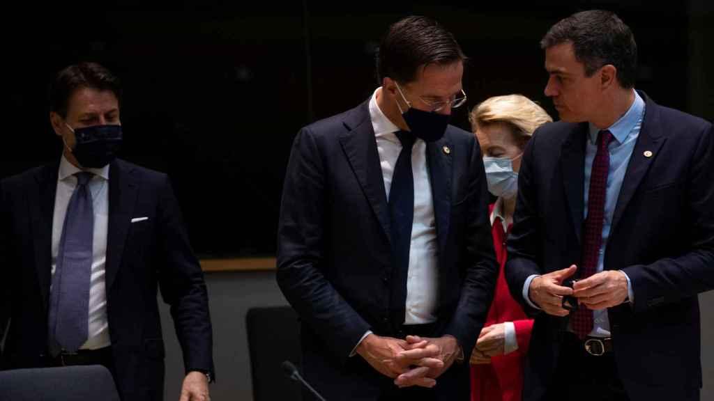 Los protagonistas de la cumbre de la UE: Giussepe Conte, Mark Rutte y Pedro Sánchez.