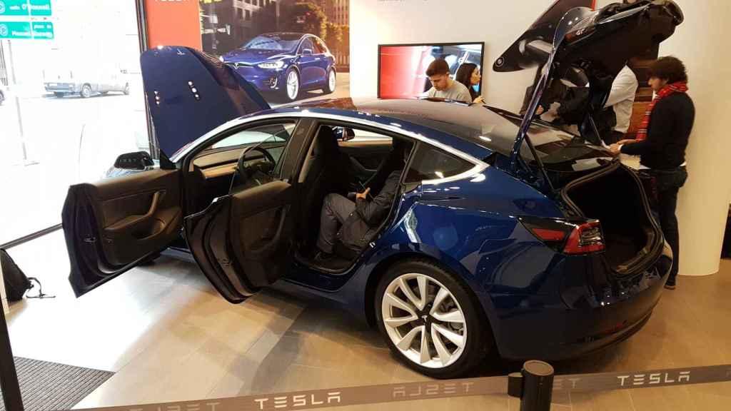 Un Tesla Model 3 en la tienda de Madrid.