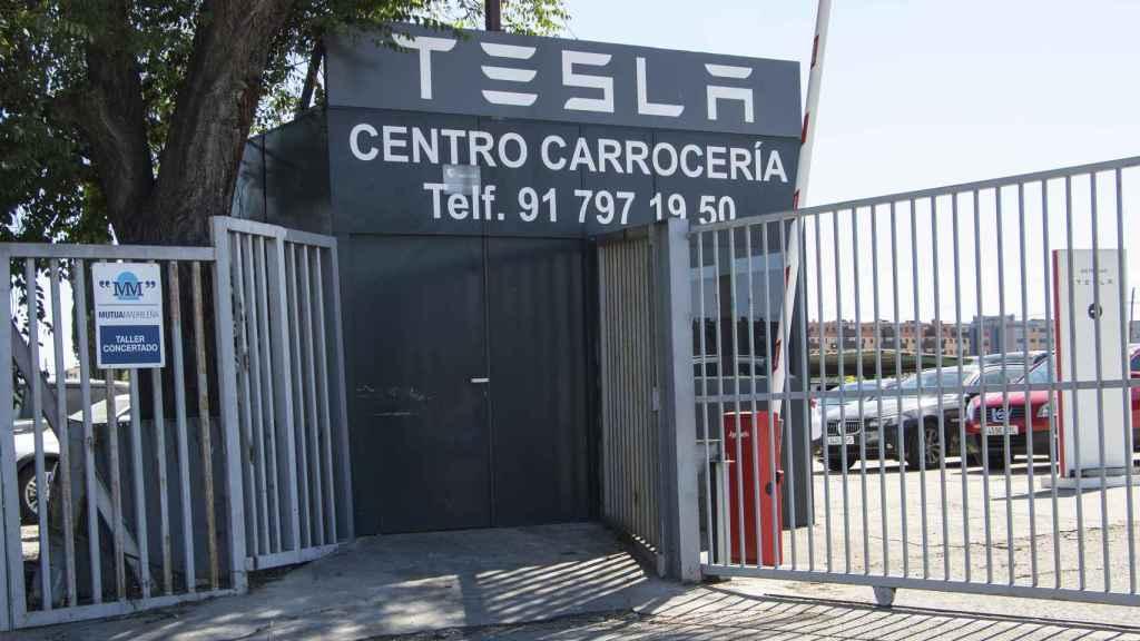 Entrada al centro de servicio Tesla en Getafe.