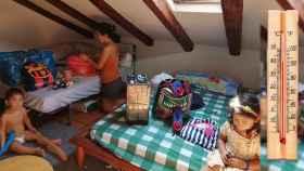 Carmen Nava, preparando sus cosas para intentar mudarse, junto a su hijo de dos años y su hija de cuatro.
