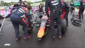 Verstappen, con el alerón dañado antes de empezar el Gran Premio de Hungría