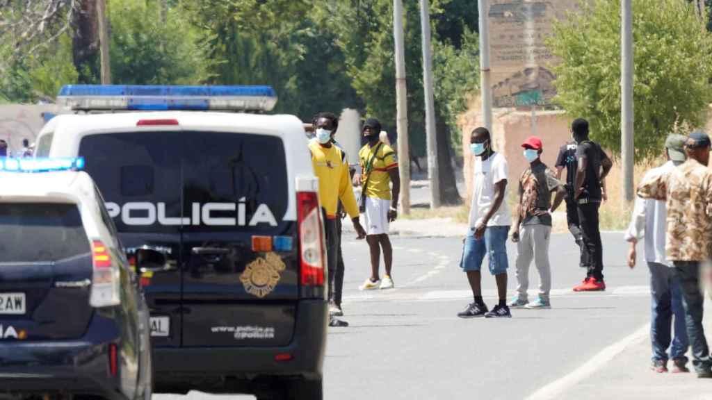 Coches de la Policía Nacional acuden a controlar la situación en Albacete.