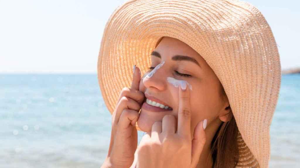 Es importante aplicar crema solar para evitar la aparición de manchas en la piel.