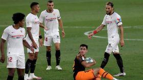 Los jugadores del Sevilla rodean a Maxi Gómez, del Valencia