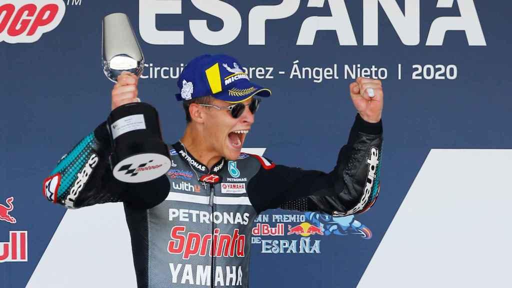El francés Fabio Quartararo celebra su primera victoria en MotoGP, en el podio de Jerez.