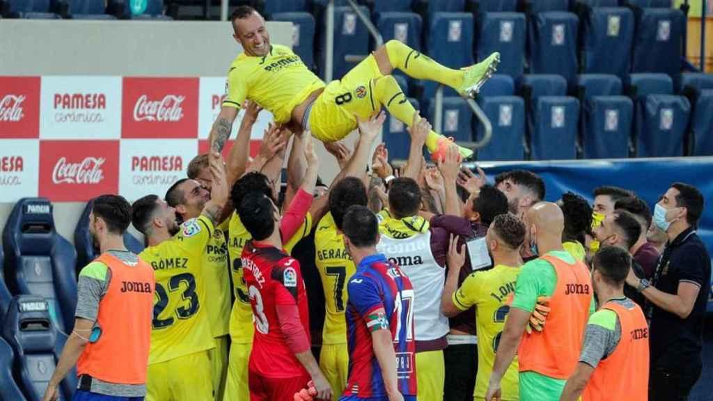 Manteo a Santi Cazorla de sus compañeros del Villarreal en su último partido