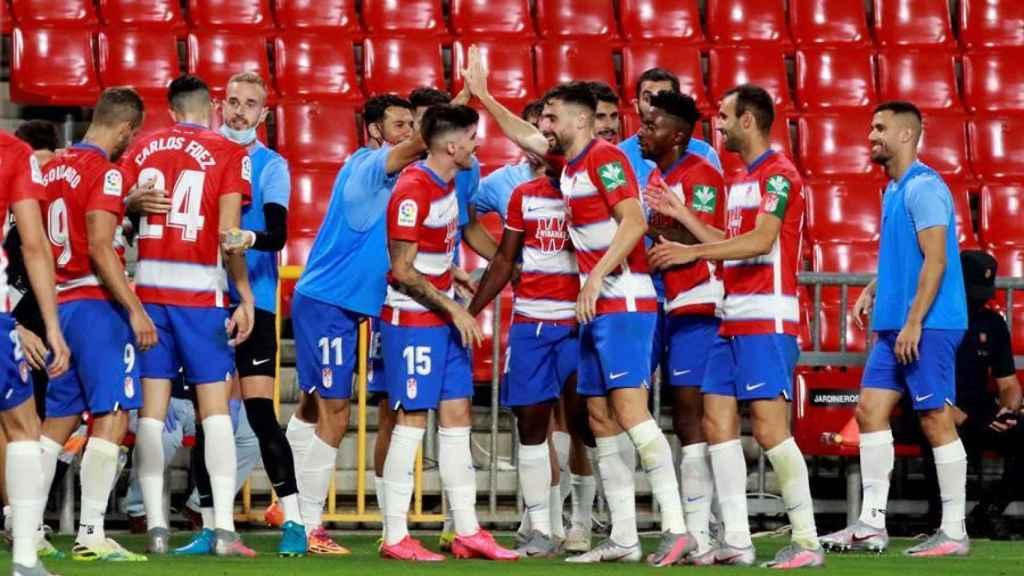 Jugadores y suplentes del Granada celebran el gol de Antonio Puertas ante el Athletic
