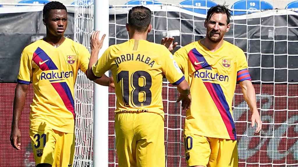 Messi junto a Jordi Alba y Semedo celebrando un gol del Barcelona al Alavés