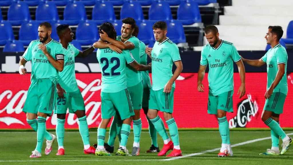Los jugadores del Real Madrid felicitan a Asensio por su gol al Leganés