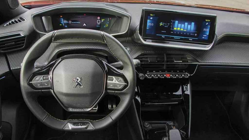 El interior del Peugeot e-2008 es particular por la situación del volante.