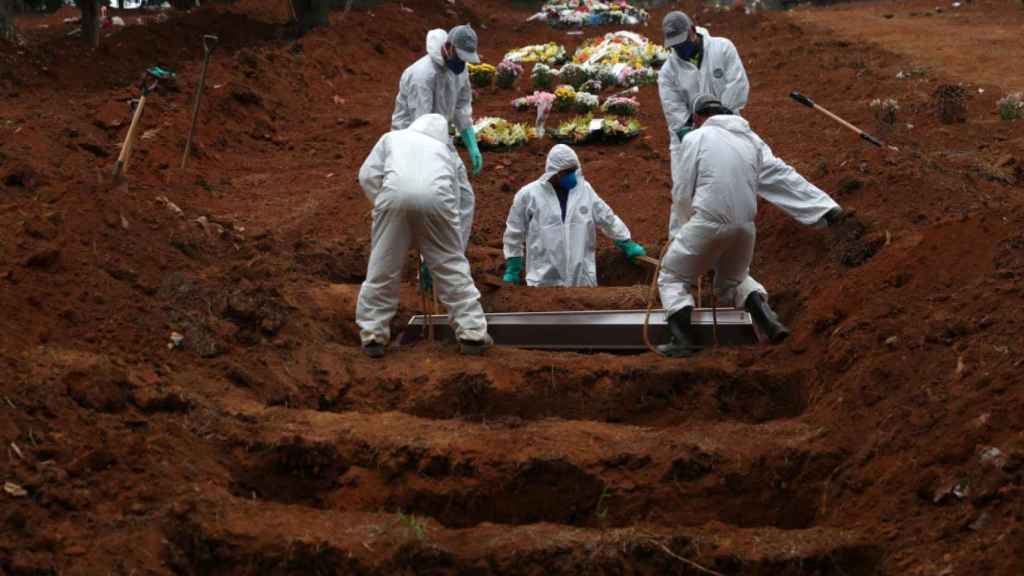 Sepultureros entierran cadáveres de fallecidos por Covid-19 en Sao Paulo, Brasil.