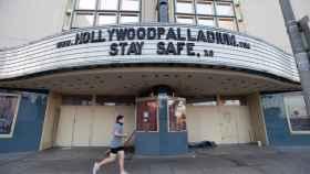 Un hombre hace deporte delante de la fachada del Hollywood Palladium, en Los Ángeles.