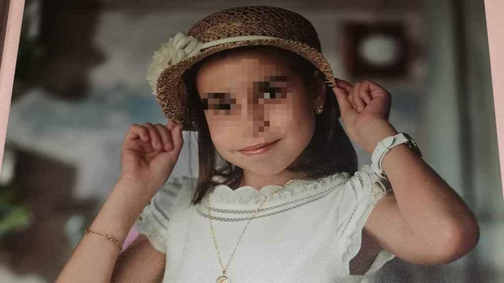 Carmen, la niña muerta este sábado en un accidente náutico en La Manga, con el traje de su primera comunión.