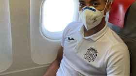 Jeisson Martínez, jugador del Fuenlabrada, en el avión que les llevaba hacia La Coruña