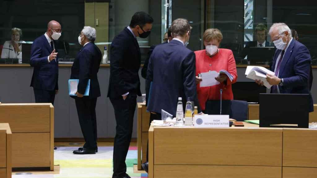 Sánchez revisa documentos con Merkel y Borrell