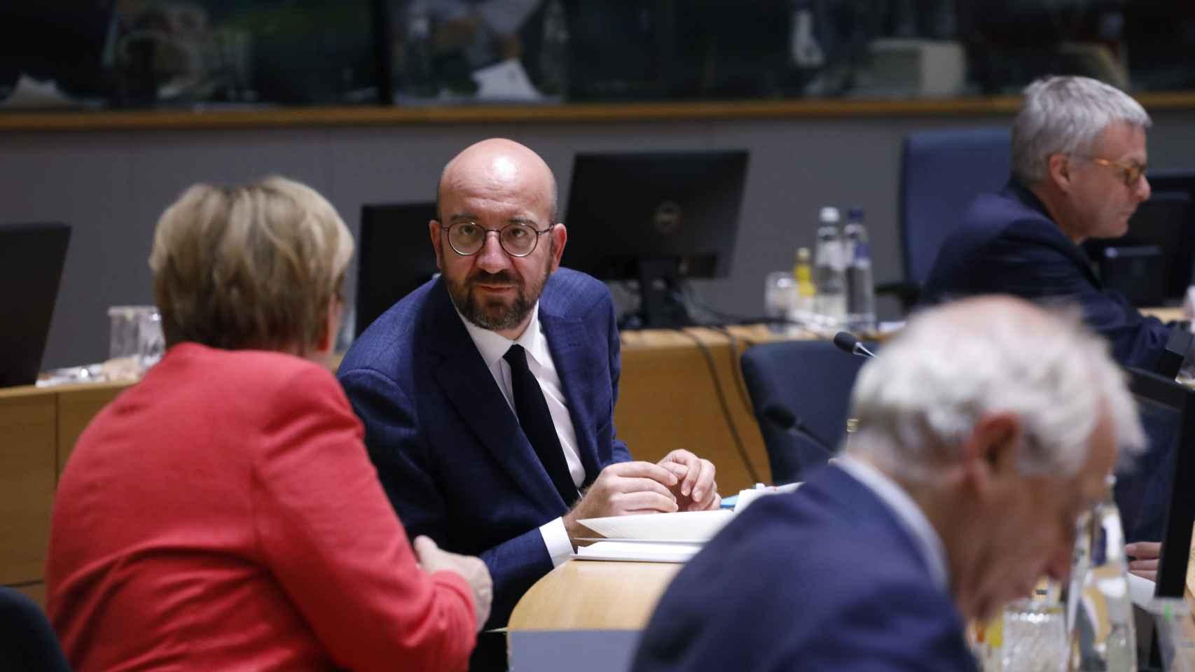 Charles Michel conversa con Angela Merkel