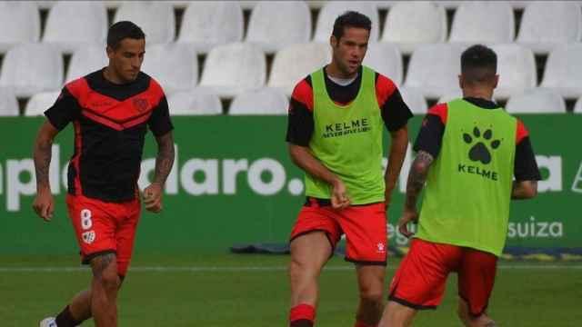 Los jugadores del Rayo Vallecano calientan en El Sardinero antes del partido frente al Racing