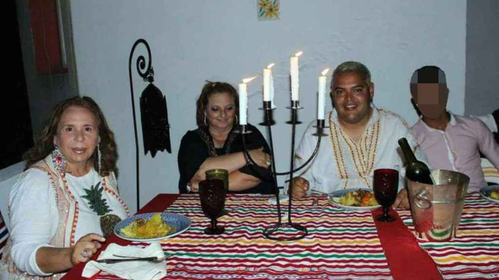 El condenado Félix Ramos, junto a María Almendros y Manuela Vilches, a las que ahora también investiga Marruecos.